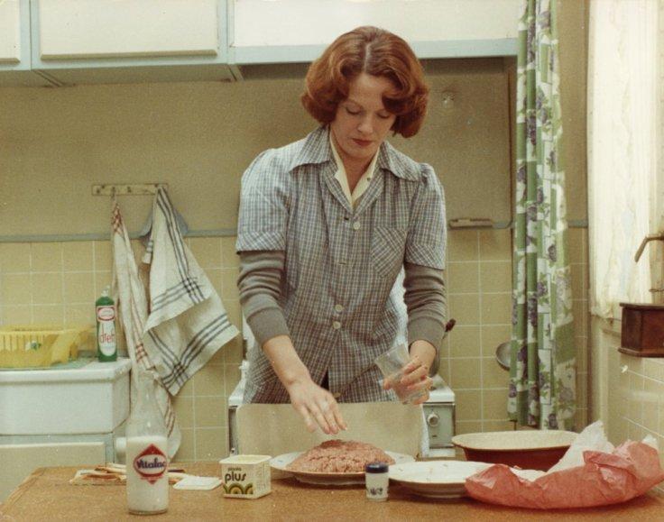 jeanne-dielman-1975-001-delphine-seyrig-cooking-mince-00m-q25